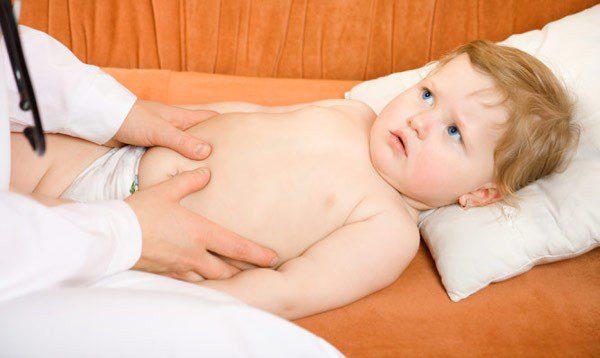 Ребенка обследуют на дисбактериоз