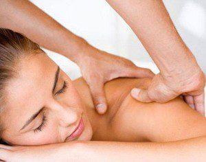Выполнение массажа для лечения остеохондроза