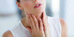 Болит горло у девушки