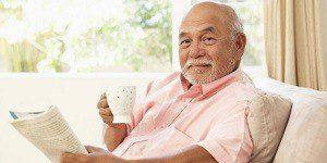 Мужчина пьет чай с чабрецом