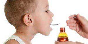 Ребенок пьет сироп шиповника